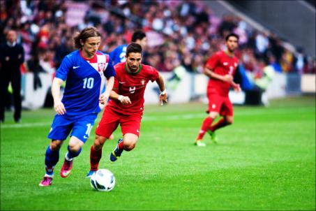 Luka_Modric_(L),_João_Moutinho_(R)_-_Croatia_vs