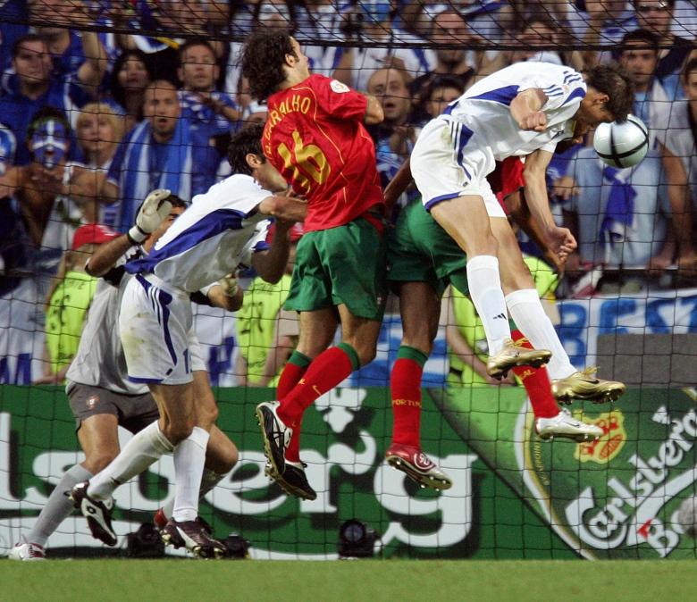 Greece's forward Angelos Charisteas (R)