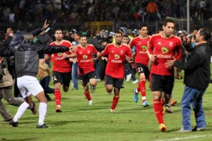 Jugadores Al Ahly corren para protegerse
